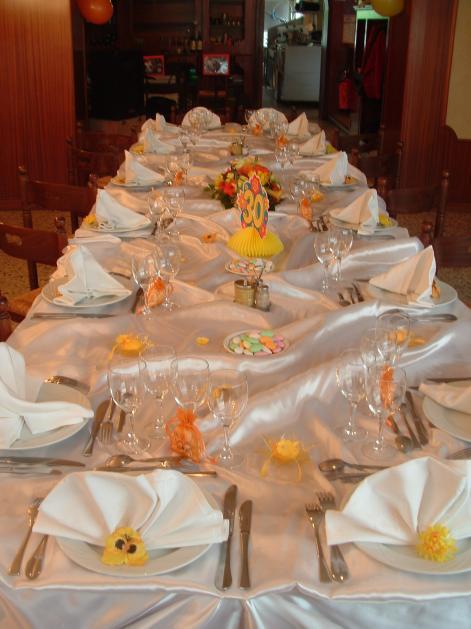 Mise en place d 39 une table rectangulaire pour 16 personnes cafe restaurant des sports - Mise en place table restaurant ...